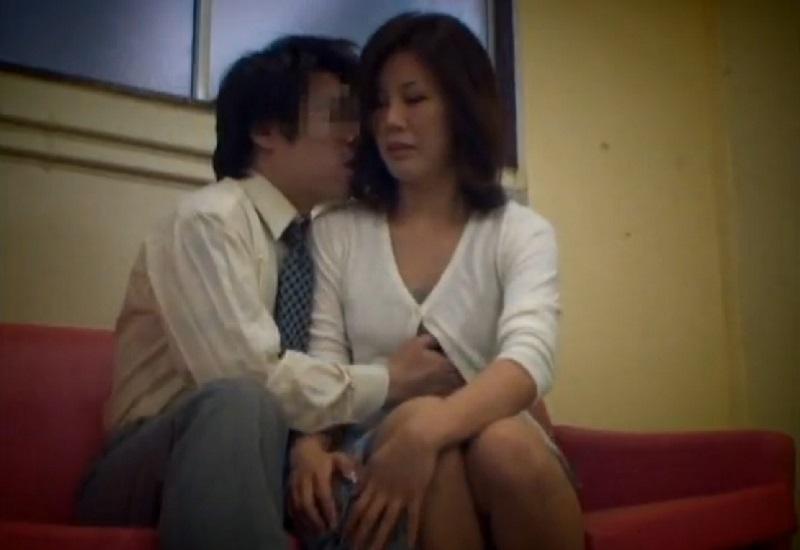 校内でトラブルをおこす問題児を抱えるお母さんが息子のために退学処分を免れるため教師と裏取引で中出し種付けSEXし孕む