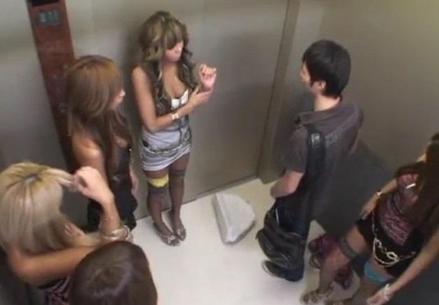 エレベーターが突然緊急停止。密室でDQNっぽいガン黒ギャル達と長時間一緒にいることになったら・・・アナタならどうする?