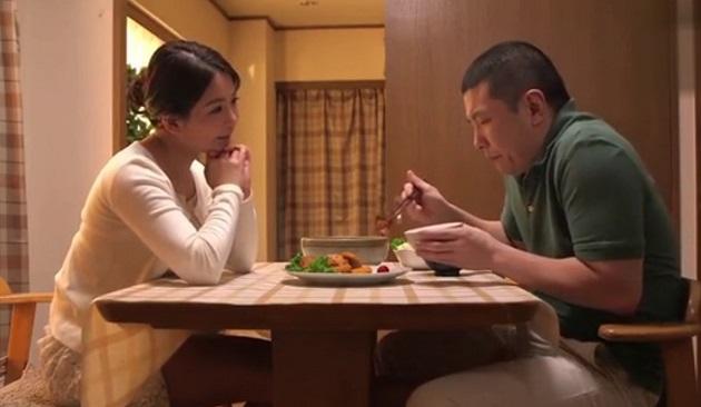 旦那が出張中にマンションの住人のウブな大学生を夕食に招き、大学生のチ○ポを足でこねくり回しながら「そのまま食べてね」とSっぷりを発揮する人妻熟女