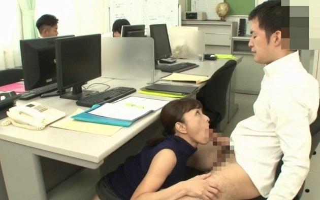 50歳の人妻女教師が30以上も歳が離れた生徒と不倫!職員室に来たついでに担任の熟女にフェラ抜きしてもらう変態生徒