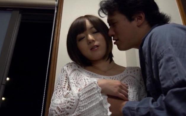 変態男にメス犬になる催眠術をかけられた清楚で美人な人妻。膣内射精を悦んで受け入れ夫のすぐそばで他人のチンポによがり狂う