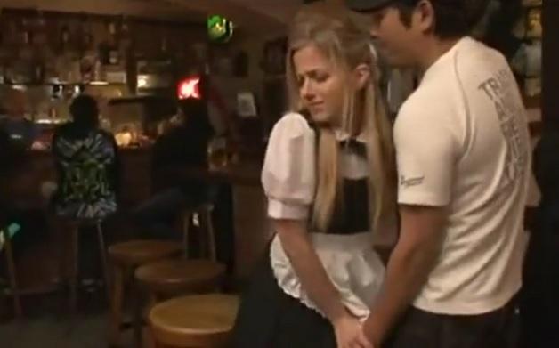 【日本男児vsブロンド外国人】カフェで働く金髪白人美女を店内でチカンしそのまま犯して中出し種付け!