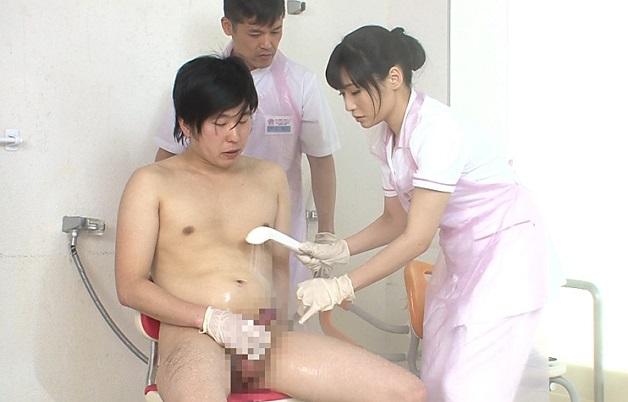 看護学校で男女の生徒同士が患者役と看護師役に別れて浴場介助実習!全裸になって発情した男共が実習中に乱交セックス!