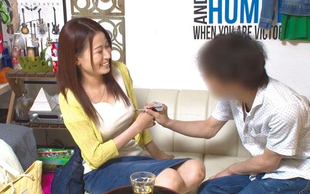 【人妻ナンパ】飲食店でパートする33歳の人妻を自宅に連れ込みSEXに持ち込む様子を盗撮しながら子宮に中出し種付けして孕ませる