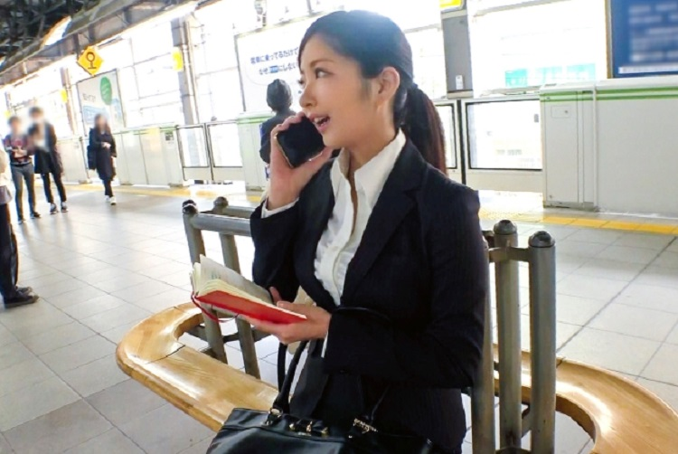 恵比寿で仕事中の携帯会社のOLをナンパし口八丁手八丁でホテルに連れ込みそのまま濃厚ハメ撮り