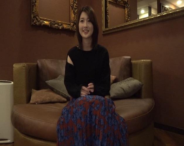ベロチューから手マン、クンニ、フェラ、本番へとハメ撮りされ生活費のため大人っぽい20歳のスレンダー美少女がAV体験