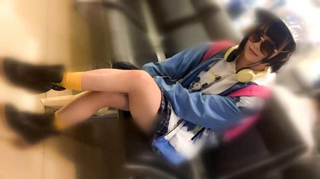 【春島みつき】羽田空港でオシャレなのか珍ファッションなのか分からない21歳の女子学生をインタビューと称してナンパ!