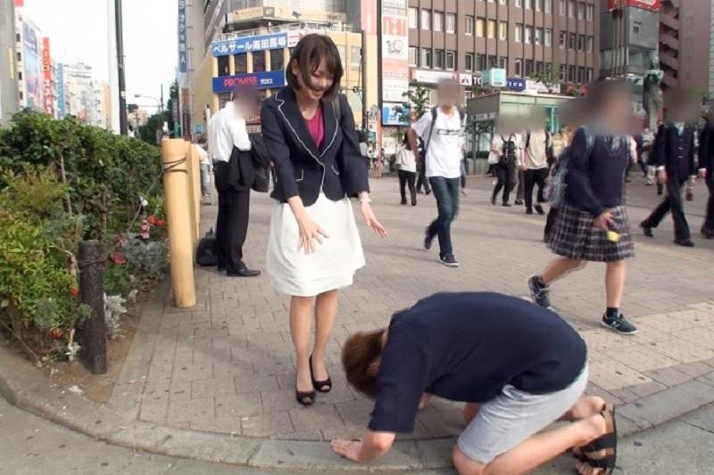 ナンパが上手くいかず公共の路上で必死の土下座でなんとか彼氏のいる清楚な美人OLに頼み込みハメ撮り成功