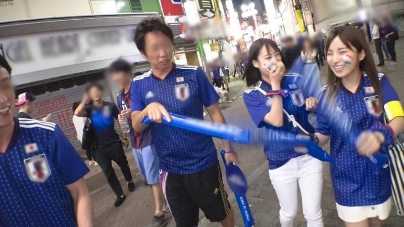 【ワールドカップ観戦ナンパ!】サッカー日本代表、初戦勝利の熱狂にかこつけて、観戦に訪れたモデル級美女サポーター2人に声をかけ、ホテルで美酒に酔い、興奮冷めやらぬまま、激イキ絶頂4P乱交セックス!