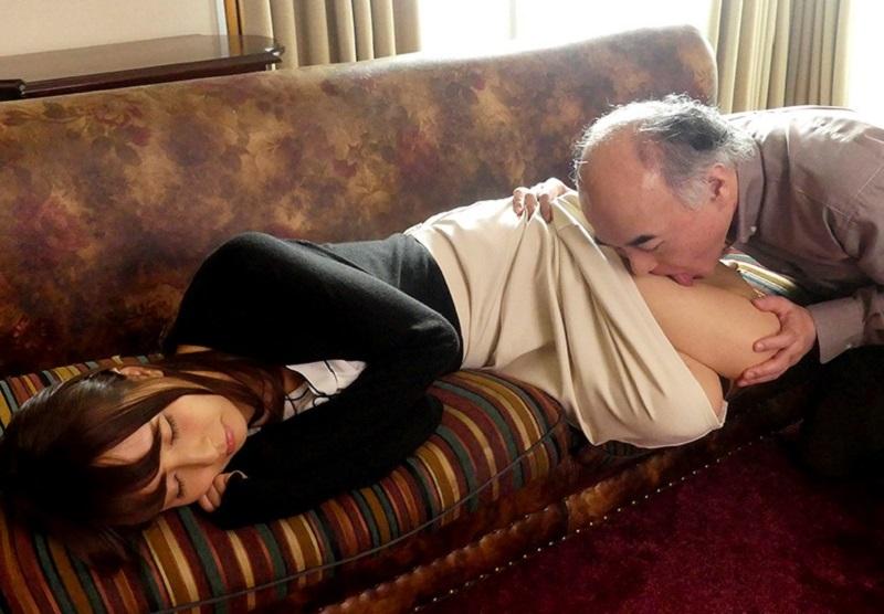 欲情した義父に犯された嫁だが若年にはない義父の老獪な舌技に絶頂し夫を裏切り義父に寝取られていく