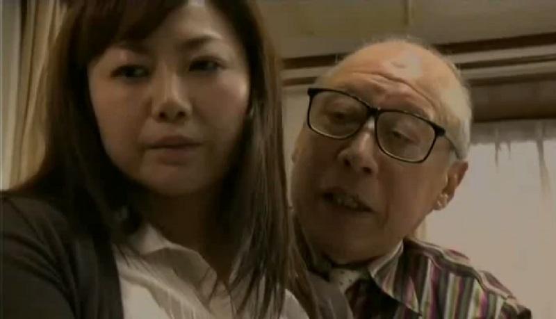 【ヘンリー塚本】亭主がSEXしてくれなくて欲求不満を我慢できないから老人だけど義父のチ○ポをマ○コに挿入する人妻