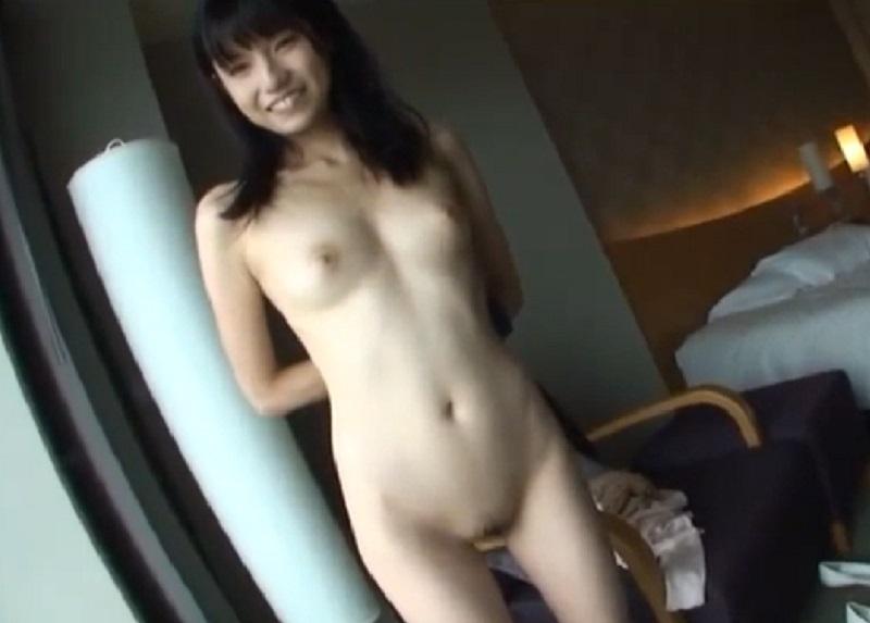 【個人撮影 素人】スクール水着を着たスレンダーで素朴っぽい美少女がホテルで濃厚SEXし顔射