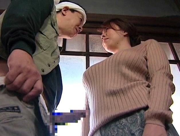 亭主が居ない時に浮気三昧な人妻!欲情しすぎて玄関で大工の男のチ○ポをフェラしそのまま生ハメSEX