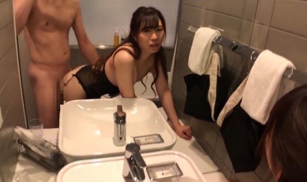 25歳の食品会社OLが彼氏とホテルでハメ撮り!洗面台の鏡の前で立ちバックすると甘美な声が響き渡った末に最後は中出し種付け!