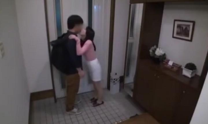 旦那が帰ってこないのをいいことにビビル若い男を連れ込んで生ハメ種付け中出しセックスする人妻