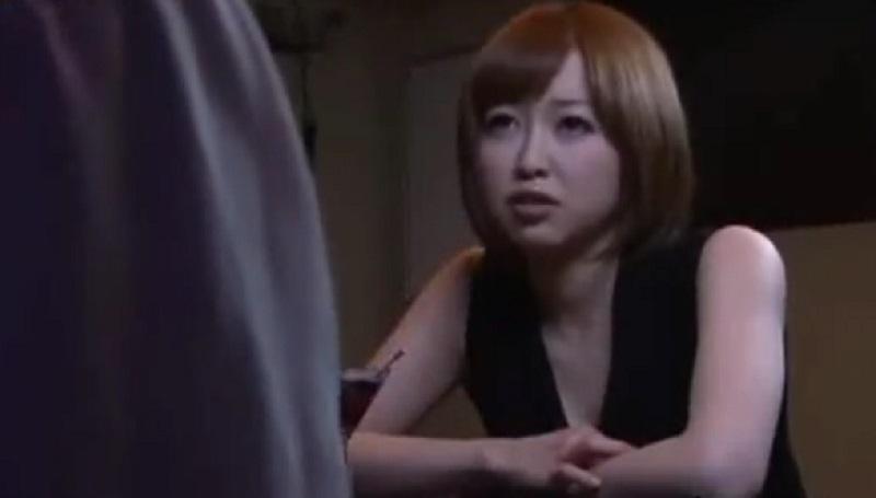 【篠田ゆう 寝取り】バーで会った女友達の彼氏を見て好意を覚えすぐさま誘惑して寝取るビッチなエロ美女