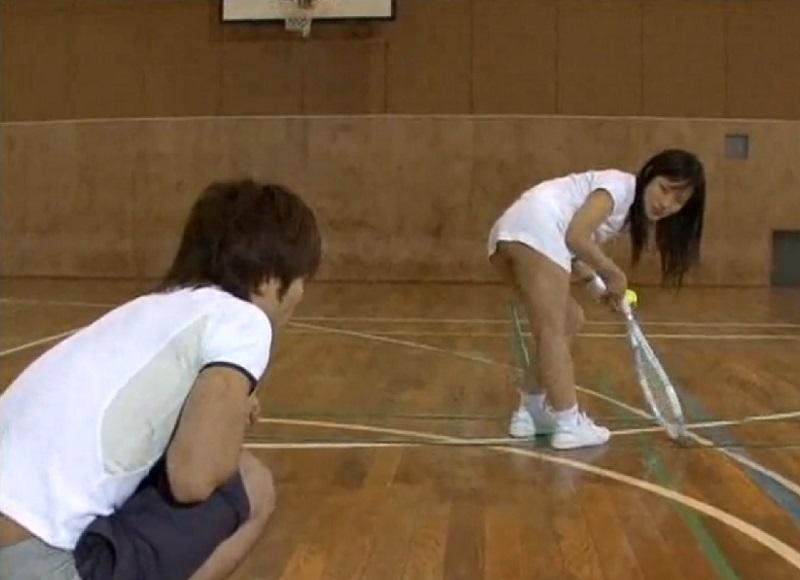 女子大生のテニス女子が練習を見てる後輩男子をノーパンで誘惑しその場で即ハメ着衣セックス!!