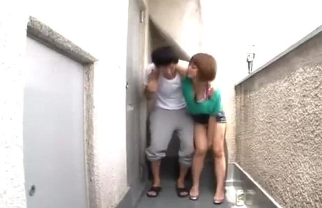 普段付き合いのない隣人の女性が酔っ払ってうちの玄関の前に!しかも介抱しようとしたら彼氏と勘違いしてハグ&キスしてくる。アナタならどうする?