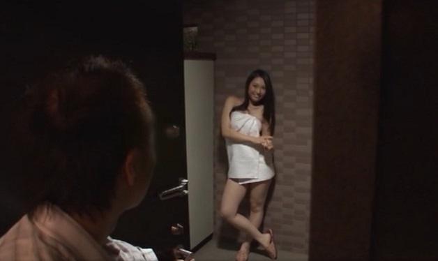 上司のギャルっぽい若妻が素っ裸にバスタオル巻いて玄関の外から部下を誘惑!旦那が寝てるすぐ近くで旦那の部下と寝取られセックス