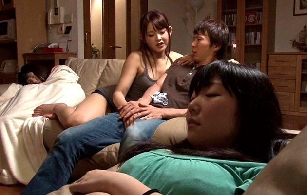 彼女が寝ている隙に、彼女がすぐそこにいるのに…彼女の親友が下着を脱いでチ○コを触ってきたら…?