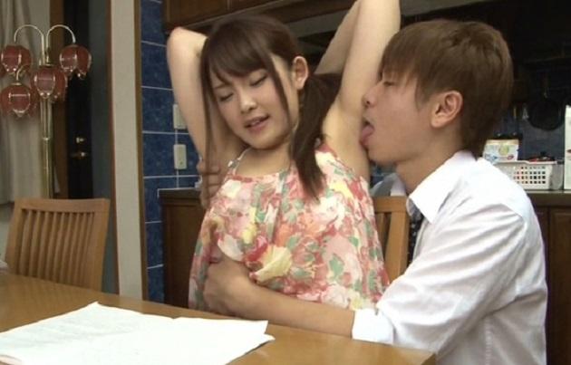 娘に勉強を教えてくれる美少女の家庭教師に娘の父親が発情!腋の下丸見えの服装で辛抱堪らず濃厚セックス!