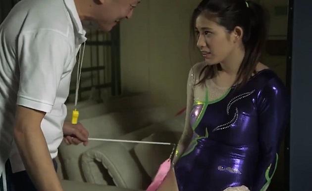押しに弱い新体操の美少女部員の乳首ポッチやプリ尻に発情しまくったハゲコーチが部員を倉庫へ連れ込みレオタードのまま着衣セックス