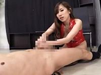 【北川エリカ】真っ赤なボンテージを纏った巨乳お姉さんが男のチ○ポをシゴき潮を噴かす