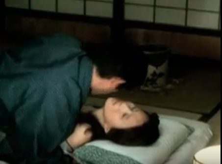 【秋吉久美子正常位の体位で激しく腰振りされて感じてしまう濡れ場