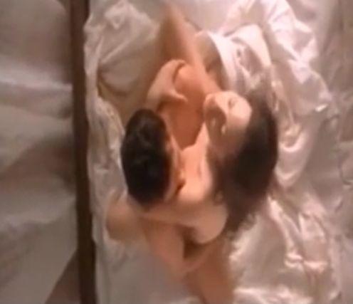 【アンジェリーナ・ジョリー】男に跨り腰を激しく動かして大声で喘ぎまくる濡れ場