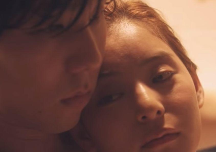 【新木優子】浴室で相手に体を預けるラブシーン