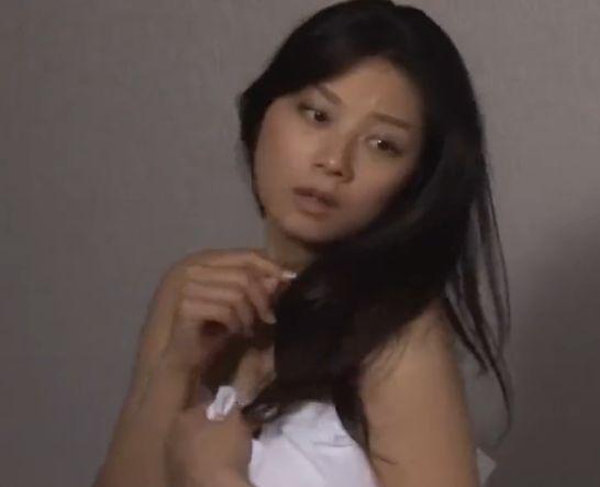 【小池栄子】裸にシーツ一枚を羽織った大胆な姿を公開した濡れ場