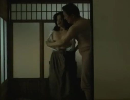 【濱田マリ】荒々しくシャツをズリ下げられた濡れ場