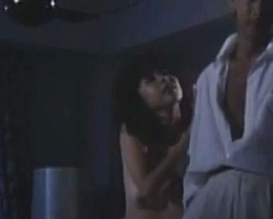 【五十嵐夕紀】胸元をじらすように見せる濡れ場