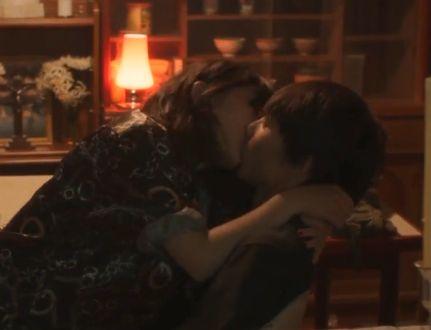 【伊藤沙莉】膝の上に跨ってキスをした濡れ場