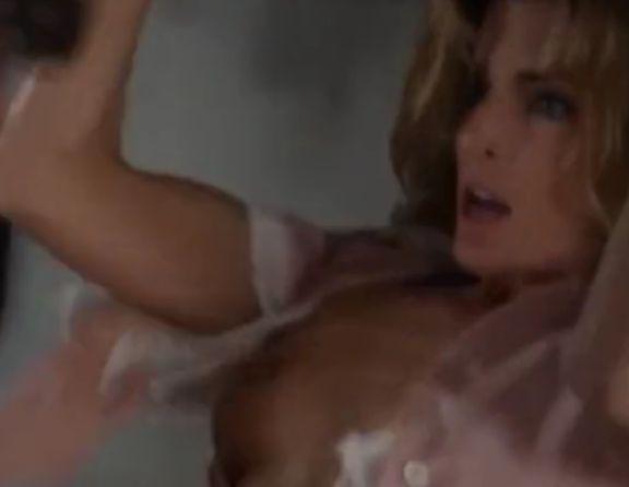 ジョーン・セヴェランス ブラジャーの真ん中をハサミで切られ胸があらわになる濡れ場