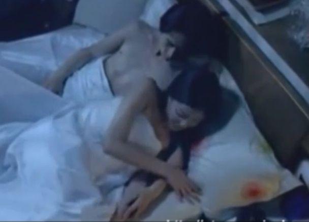 【黒木メイサ】肌を大胆に露出した格好でベッドに誘う濡れ場