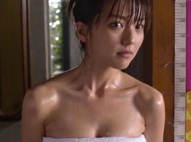 【真野恵里菜】バスタオルを巻いた姿を見せてくれる濡れ場