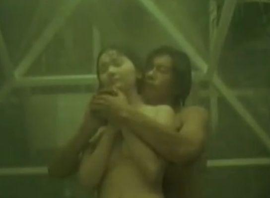 【南果歩】後ろからそっと近づき体を抱き寄せる濡れ場