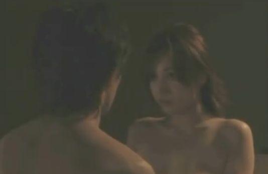 【三津谷葉子】胸元をはだけさせる濡れ場