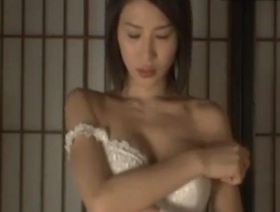 【手島優】覚悟を決めて下着を脱ぎ捨てる濡れ場