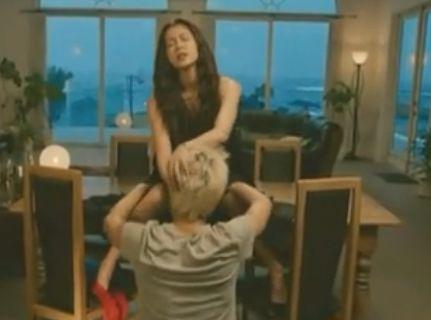 【黒谷友香】パンティを足首から引き抜いた濡れ場