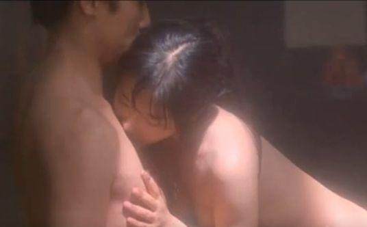 【富田靖子】相手の乳首をゆっくりと触る濡れ場