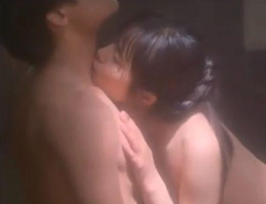 【富田靖子】相手の首元に何回もキスをした濡れ場