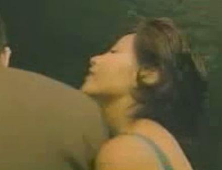 【吉本多香美】パンツを脱ぐ姿を見せた濡れ場