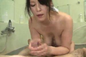 50代熟女にお風呂場でおちんちんキレイにしてもらう無料熟女手コキ動画