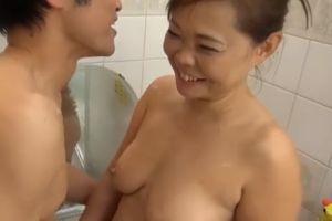 50代熟女と入浴しイチャイチャする無料熟女性行為動画