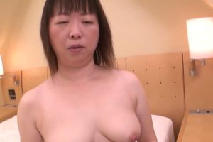 【無修正】40代ぽっちゃり熟女にごっくんさせる無修正マンコ動画