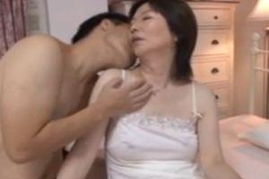 60代人妻母と愛し合う無料夜の営みムービー