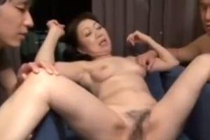 60代人妻のおまんちょを開いて中までクパッな無料人妻膣内ムービー