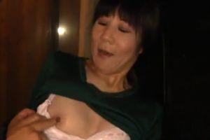 50代田舎のオバサンのまんこにぶち込む無料人妻濡れた膣内ムービー